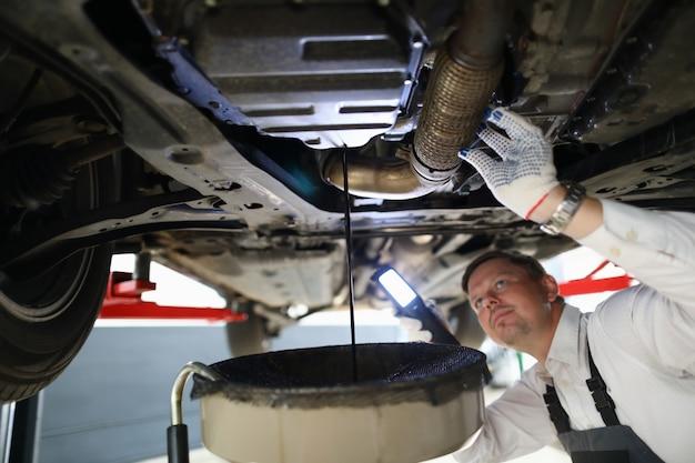 Мужской рабочий держит в руках электрический фонарик