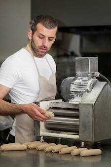 パン工場の男性労働者