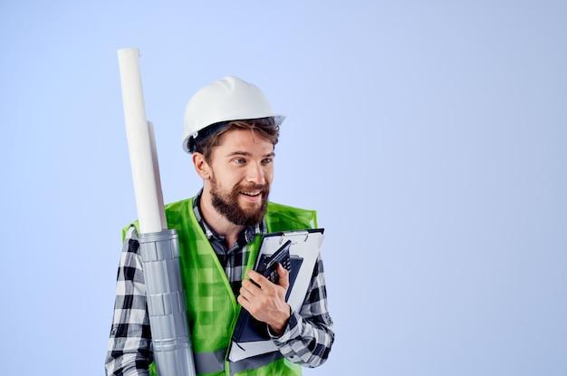흰색 헬멧 청사진 전문 고립 된 배경에서 남성 노동자