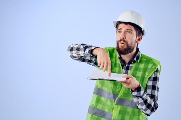 白いヘルメットの青写真プロの孤立した背景の男性労働者