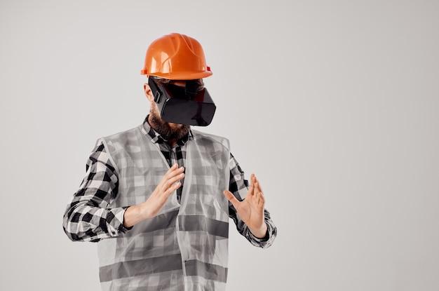 Работник-мужчина в очках виртуальной реальности инновации светлом фоне