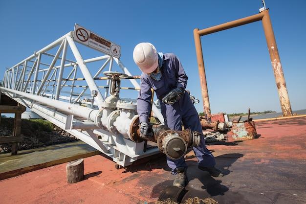 부두에서 남성 작업자 검사 및 측정 두께 파이프라인 오일 및 가스