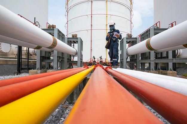 육안 검사 기록 파이프라인 석유 및 가스 산업의 플랜지 파이프에서 남성 작업자 검사