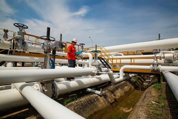 육안 검사 기록 파이프라인 석유 및 가스 산업의 밸브에서 남성 작업자 검사 프리미엄 사진