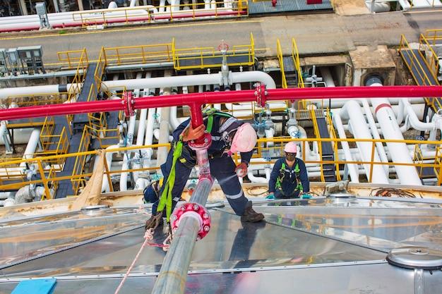 男性労働者の検査欠陥色赤い丸い表示と浸透探傷試験によって発見された突合せ溶接装置パイプライン火災水での亀裂。