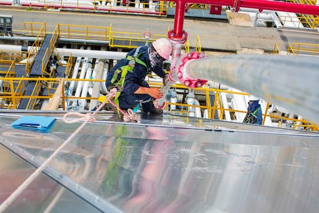 Мужчина-рабочий осмотрел дефект красного цвета, круглую индикацию и трещину на трубопроводе оборудования для стыковой сварки, обнаруженный с помощью пенетрантного теста
