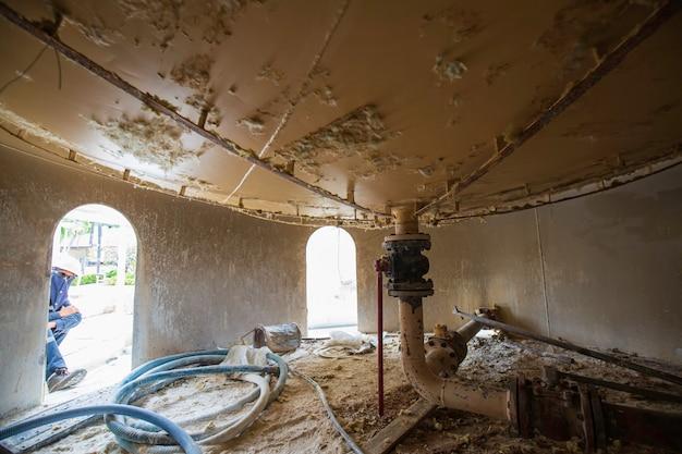 スカート穴タンクエリアの男性労働者の検査は、スペースの安全性を制限しました