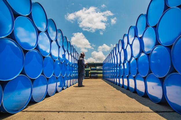 남성 작업자 검사 기록 드럼 오일 스톡 배럴 파란색 수평 또는 화학 산업