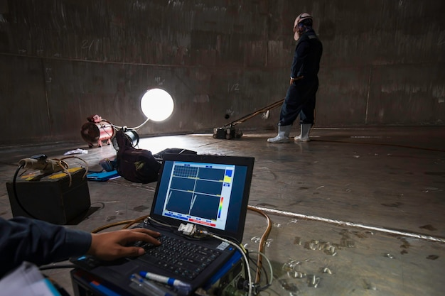 Мужской рабочий инспекционный монитор с экраном резервуар из нержавеющей стали, нижняя пластина из точечной коррозии в ограниченном пространстве