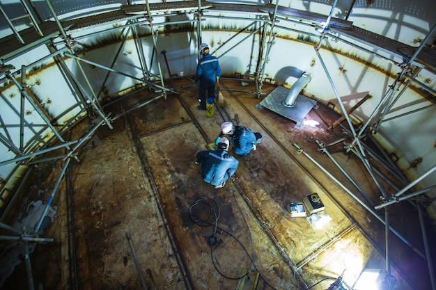 男性労働者検査真空試験底板タンク火水タンク足場進捗溶接漏れ内部拘束仕様