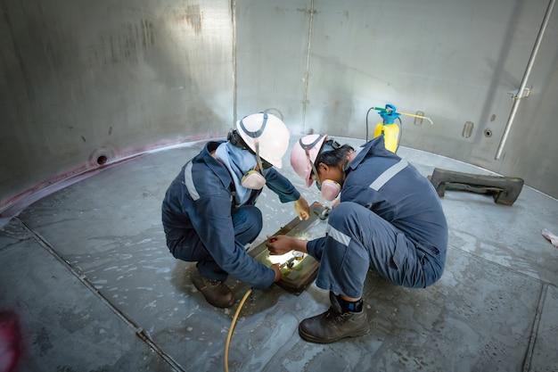 男性労働者検査真空試験タンクステンレス鋼溶接漏れ内部拘束仕様
