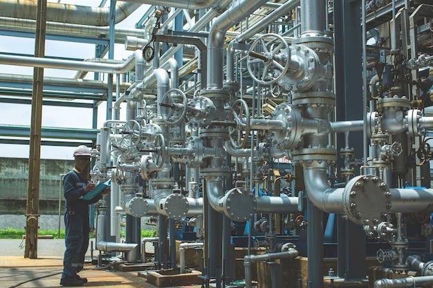 남성 작업자 검사 시각적 파이프라인 및 밸브 튜브 증기 가스 파이프라인