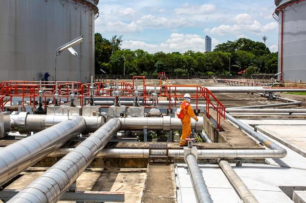 Мужской рабочий осмотр визуального трубопровода и трубопровода парового газа
