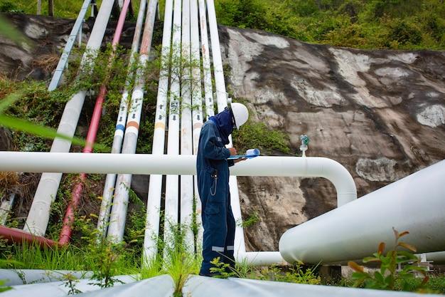 남성 작업자 검사 시각적 파이프라인 오일 및 가스 부식 튜브 증기 파이프라인 산업