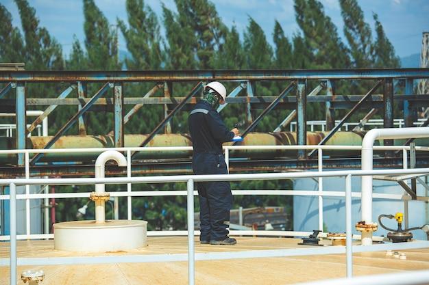 남성 작업자 검사 시각적 탱크 및 파이프라인 오일 가스