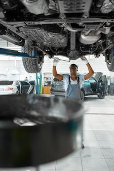 남성 노동자는 자동차 서스펜션, 자동차 서비스를 검사