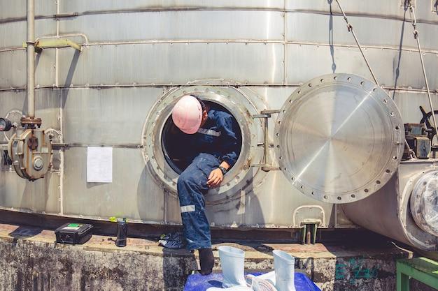 맨홀 연료 탱크 오일 화학 보호 복 구역 밀폐 공간 위험에 남성 노동자