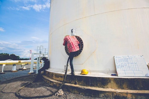 タンクカーボンケミカルオイルインターフェースエリアへの男性労働者は、スペースの安全性を制限しました。