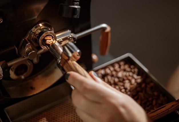 산업용 커피 로스팅 기계를 사용하는 남성 노동자