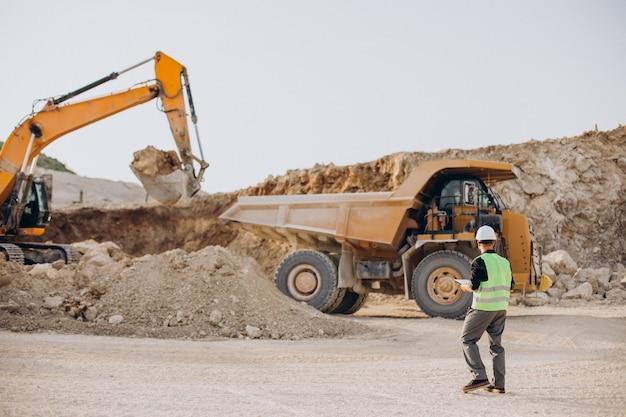 砂の採石場でブルドーザーを持つ男性労働者