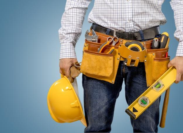 흰색 배경에 고립 된 도구 벨트와 남성 노동자