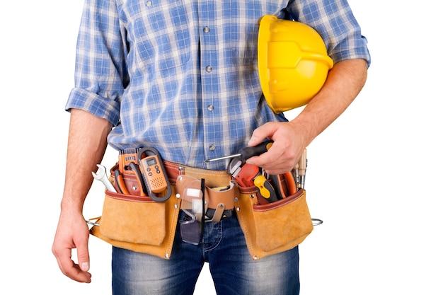 白い背景で隔離のツールベルトを持つ男性労働者