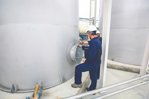 男性労働者の仕事は、ガソリンスタンド用の業界の目視検査ステンレスタンクを許可します。