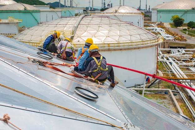 남성 근로자 로프 접근 높이 안전 매듭 안전 장치와 연결, 지붕 추락 방지 및 추락 방지 앵커 포인트 시스템에 오름차순 연결, 건설 현장 오일 탱크 돔