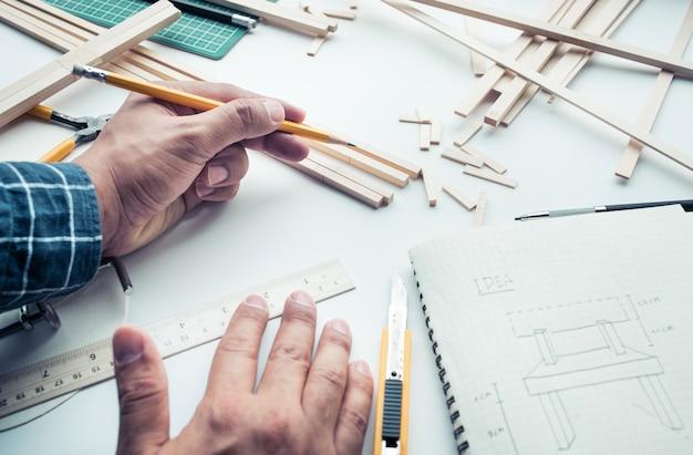 Мужчина работает на рабочем столе с материалом из пробкового дерева