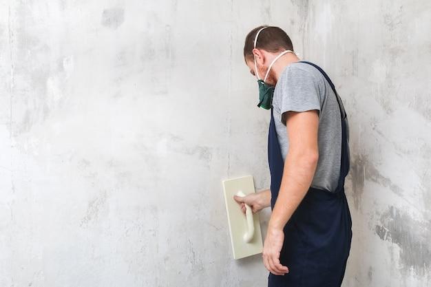 남성 작업 광택은 벽을 석고 플로트 흙손을 갈기
