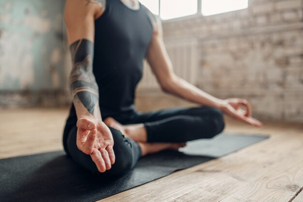 Мужская йога, медитация в позе асаны