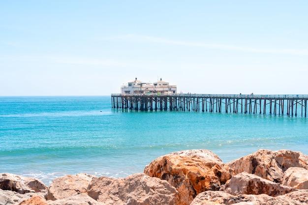 Пирс малибу бич калифорния открытка с видом на голубое небо и красивые океанские волны