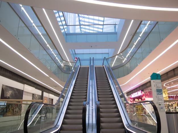 モール、明るいインテリアのエスカレーター付きのショッピングセンターのインテリア