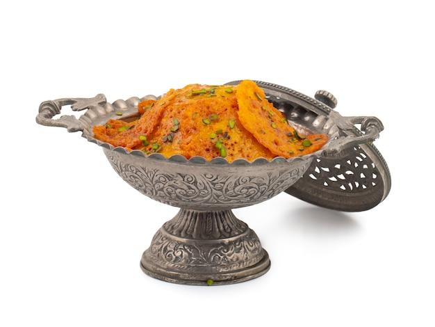 Индийская сладкая еда malpua на белом