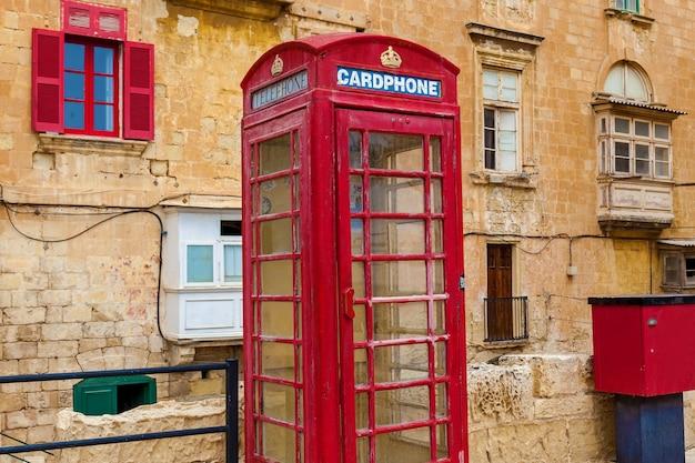 Malta valletta 2019년 6월 13일: 전통적인 몰타 건물의 정면에 위치한 빨간 전화 박스.