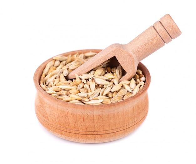 Солодовые зерна ячменя в деревянной миске
