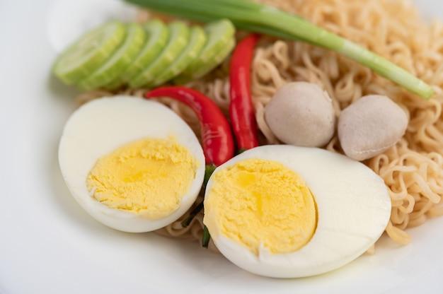 Мама с вареными яйцами в белом блюде.