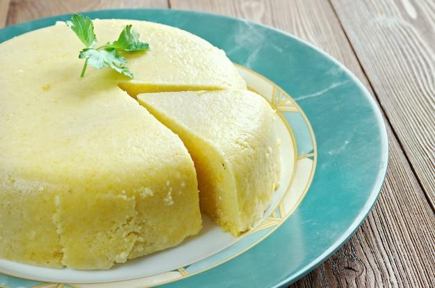 ママリーガ。ルーマニア、モルドバ、西ウクライナで伝統的な黄色いトウモロコシ粉で作られたお粥。