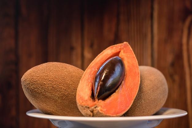 Мамей нарезанные фрукты крупным планом деревянный фон