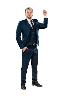 男完全に成長しているビジネススーツを着たビジネスマンは彼の拳を示しています