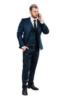 男電話で話している完全な成長のビジネススーツのビジネスマン