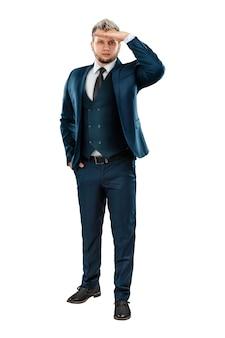 男フルレングスのビジネススーツを着たビジネスマンが誰かを探しています