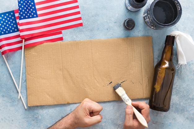 Мужчина-активист готовит баннер к протестам