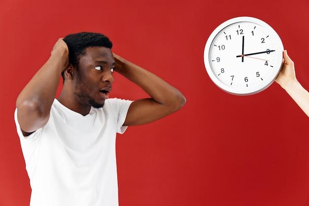 白いtシャツ時計スタジオで男のアフリカの外観