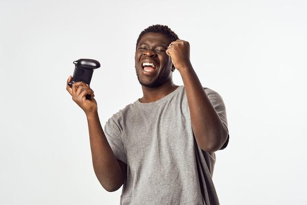 엔터테인먼트 기술을 재생하는 손에 게임 패드와 남자 아프리카 모양