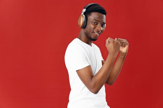 ヘッドフォン音楽エンターテインメント技術を持つ男のアフリカの外観