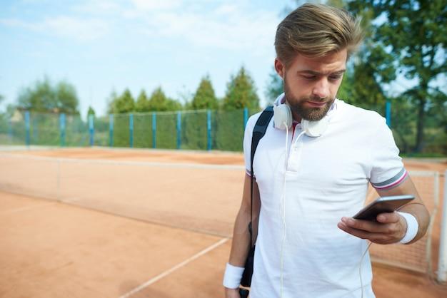테니스 경기를 마친 후 남자