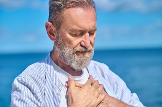 Человек на фоне неба и моря