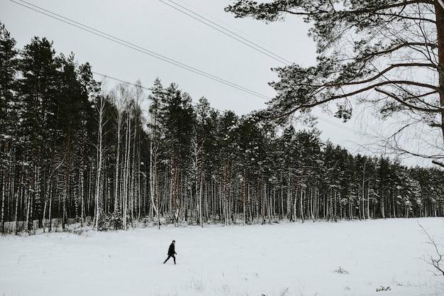雪の中で一人の男