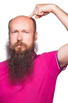 남자 탈모증 대머리 탈모 격리입니다. 손가락으로 대머리를 보여주는 불행한 남자. 스튜디오 촬영. 흰색에..